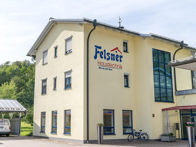 beige-gelbes Firmengebäude von Felsner Haustechnik