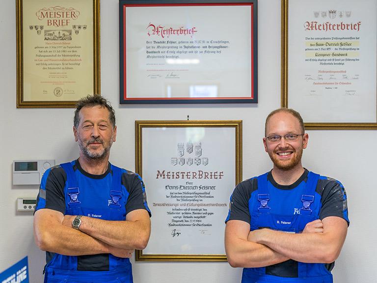 Meister der Firma Felsner vor Meisterbriefen